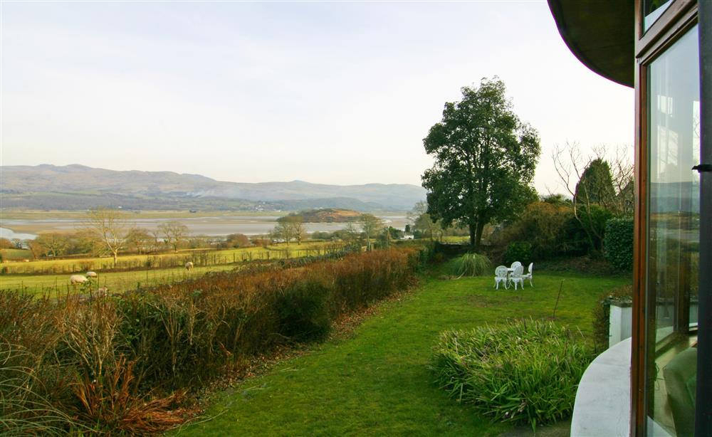 Artist's Cottage, near Portmeirion & Porthmadog with stunning estuary views!