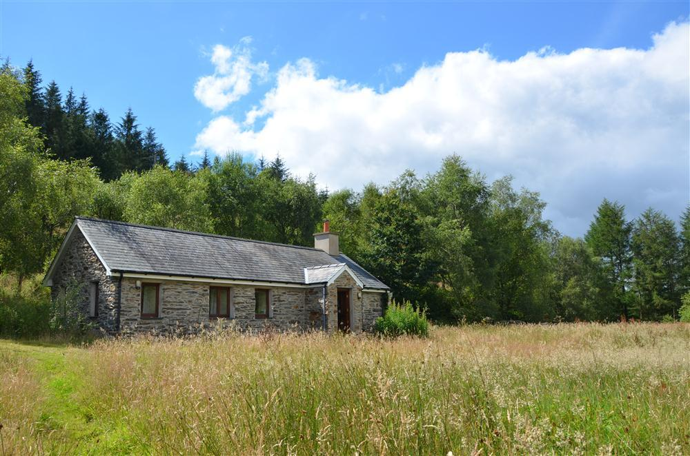 Woodland Barn is located in a pretty meadow
