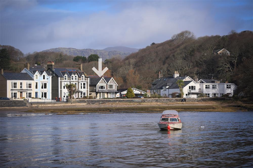 Top Sail lies on the bayfront in the beautiful village of Borth y Gest