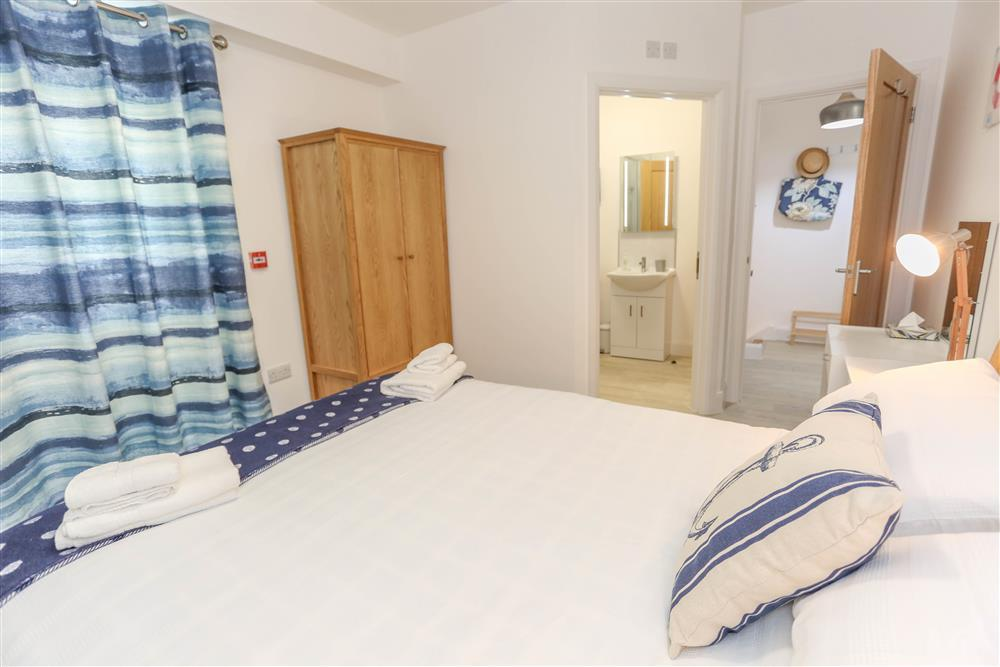 Kingsize bedroom with Jack and Jill en-suite shower room
