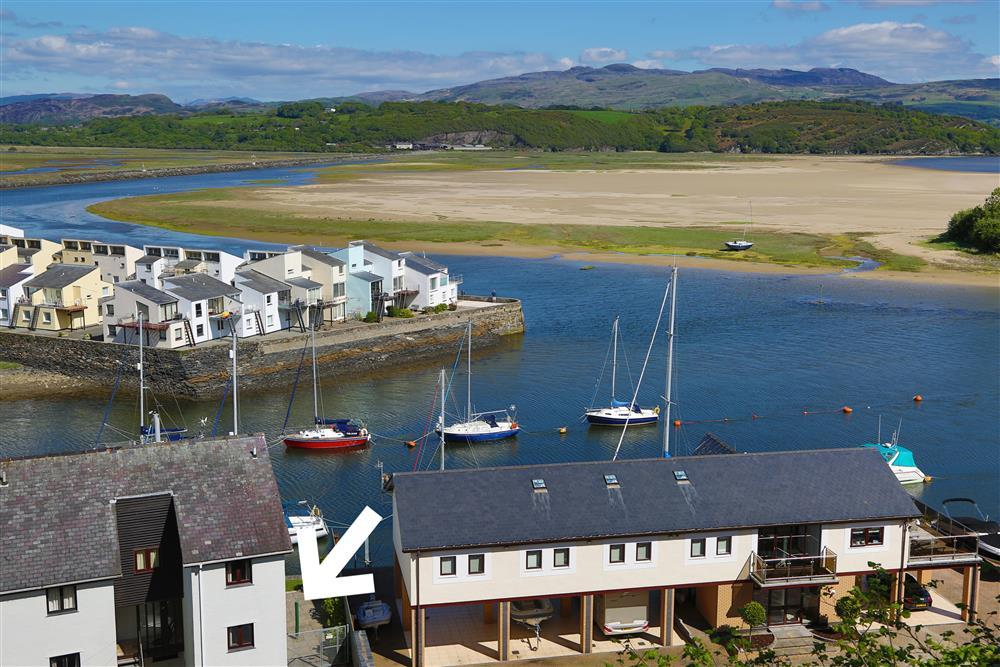 The apartment is located right on the harbour, with views out to the mountains of Snowdonia over the estuary