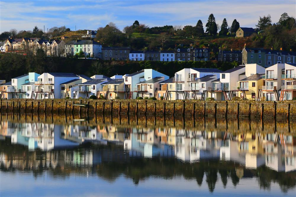 This apartment faces onto the estuary, with stunning views over towards the Cambrian coast as well as the mountains of Snowdonia