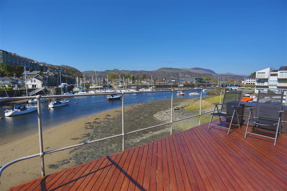 Wrap around balcony for stunning views of both the harbour and the estuary in Porthmadog
