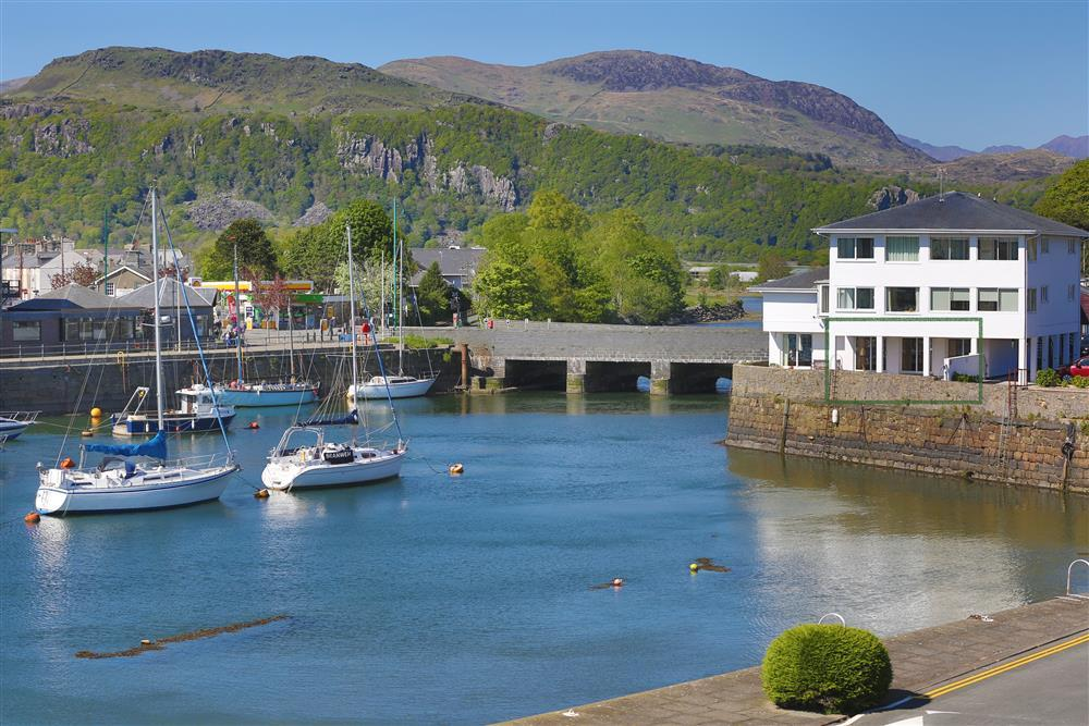 Harbour Views is a ground floor apartment on Porthmadog Harbour