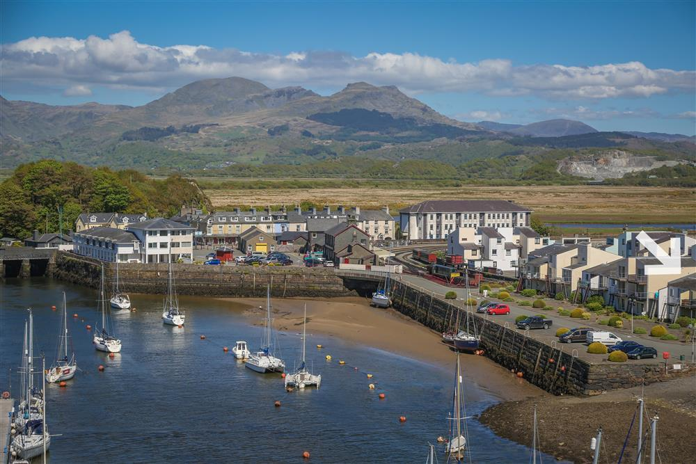 Photo of Porthmadog Steam Train Station and Skipper's Retreat on the right handside.