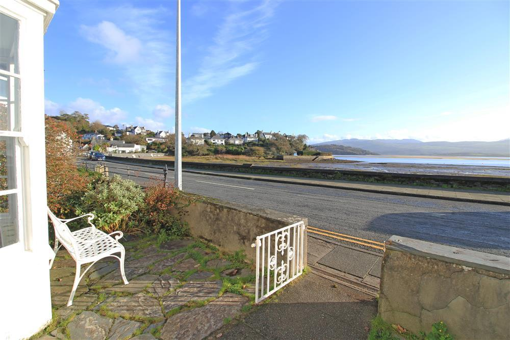 Bobbing Boasts front gate and view. There is free unrestricted parking on this road.