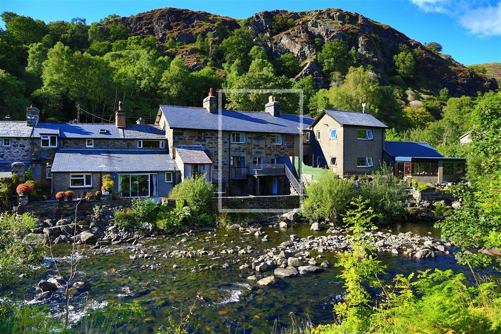 Gelert Cottage lies right on the Glaslyn river