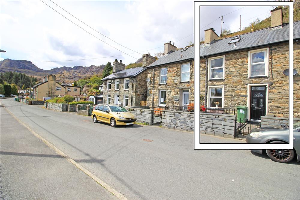 Parking for Exlporer's Cottage is along this long road with no parking restrictions. There is also extra parking at Cae Tanygrisiau playground car park (56 yards away).