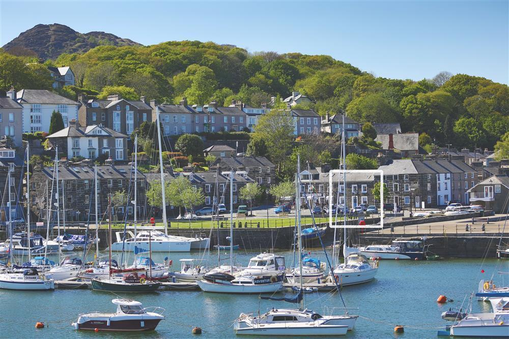 Photo of Blue Anchor Cottage from the otherside of Porthmadog Harbour