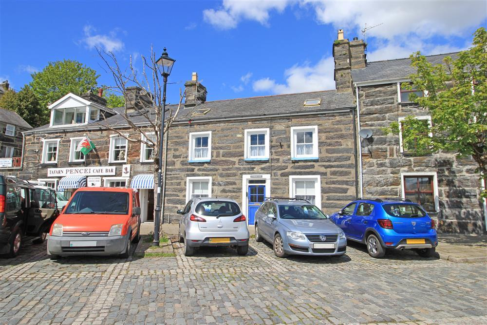 The front of Blue Anchor Cottage and cobbled street parking. This cottage is on the cobbled section in the centre of Porthmadog and next door to Tafarn Pencei Cafe Bar.