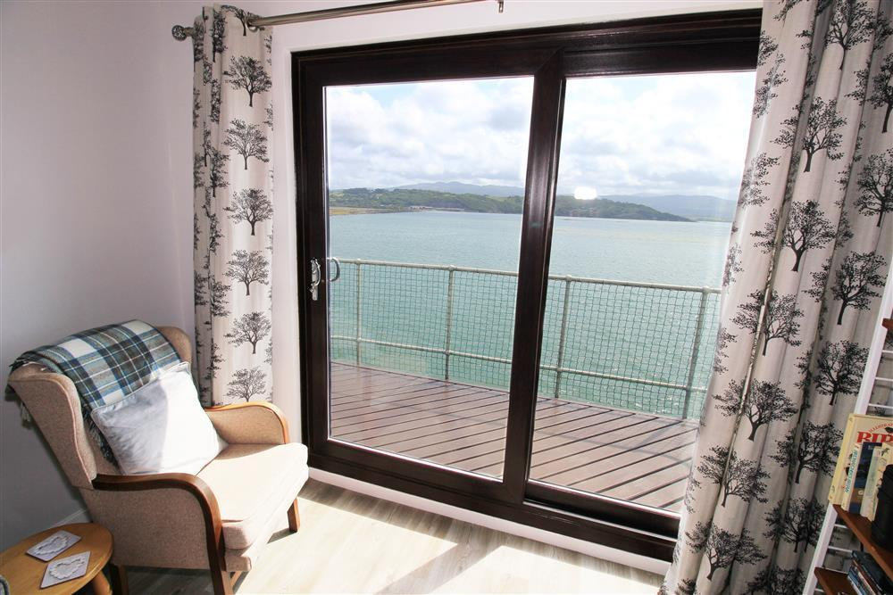 Enjoy panoramic views of the Snowdonia mountains and the Dwyryd estuary from this apartment