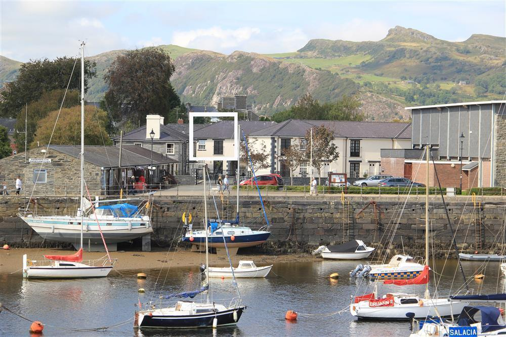 Coach House apartment is located near Porthmadog harbour and across the harbour from the Steam Railway Train Station