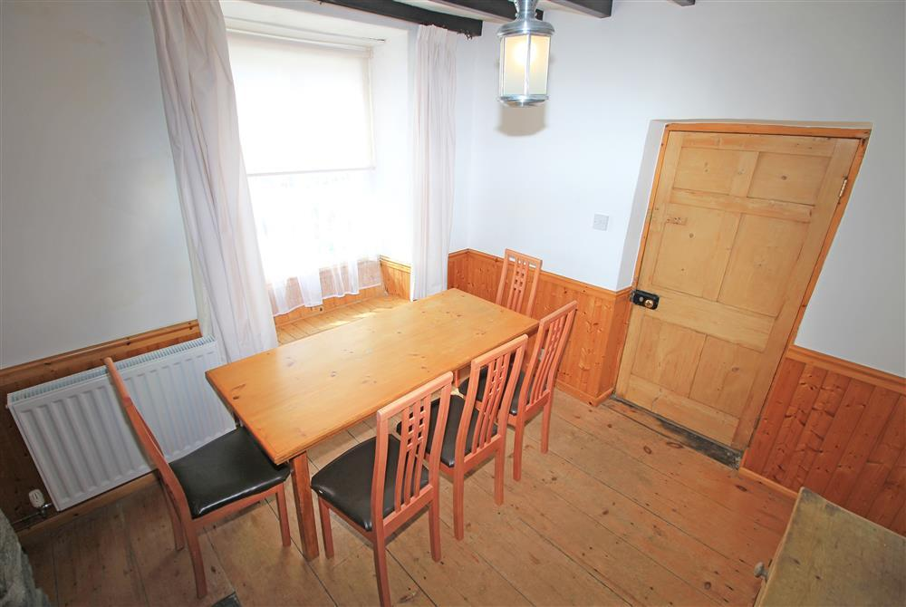 Dining Room with extra sitting for 2 people on the windowsill (Ground Floor)
