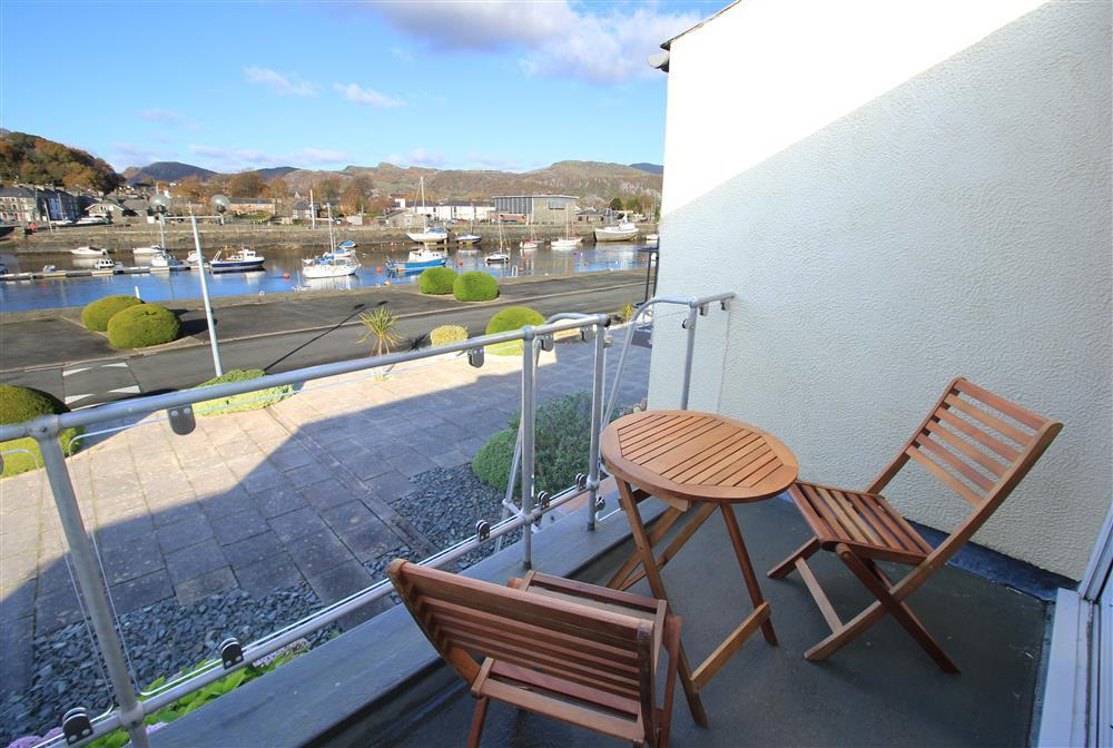 Skipper's Retreat balcony looking towards Porthmadog Harbour (1st Floor)