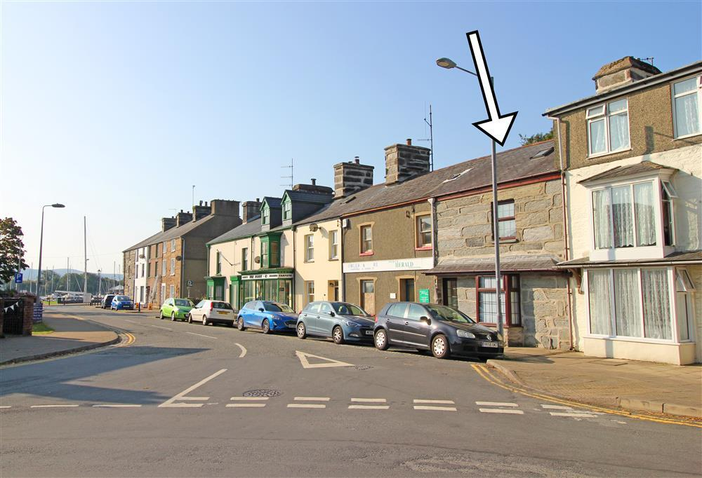 Photo of the front of Siop Da Da with street parking. Porthmadog Harbour is 110 yards down this road, 2 minute walk away.