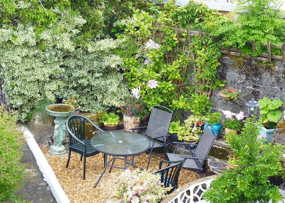 Garden seating area (shared with 1074A)