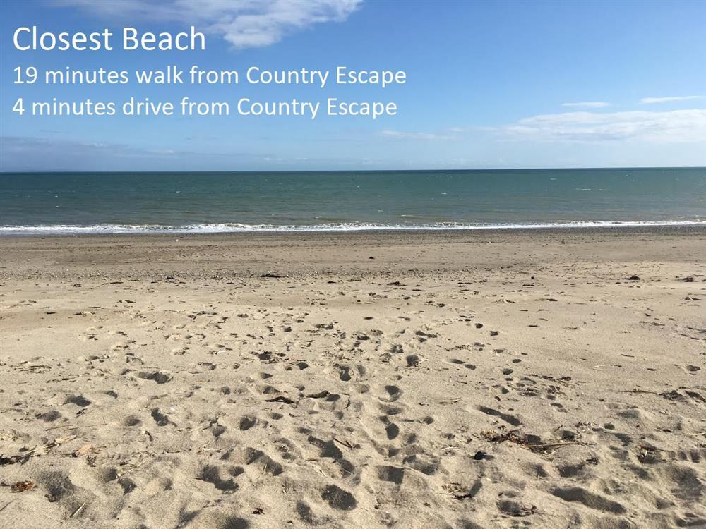 It's a 19 mins walk from this cottage to the closest beach. The drive is 4 mins from Country Escape down a single lane road and park on the side of the road before the railway bridge. Then walk under the bridge to get this sandy beach.