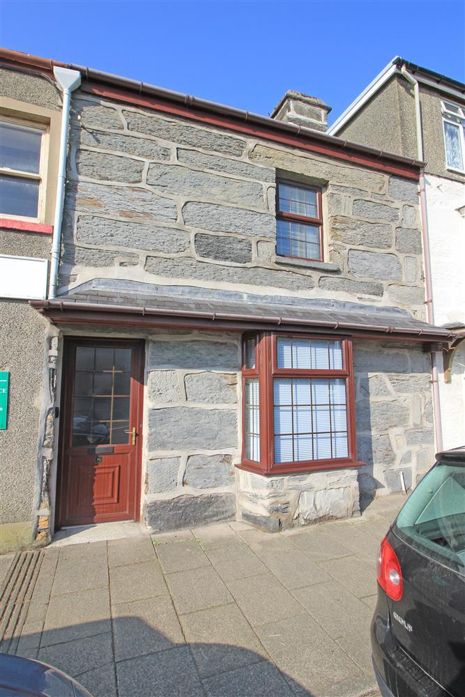 Siop Da Da used to be a Sweetshop and is centrally situated near Porthmadog High Street (2 minute walk away), Porthmadog playground (1 minute walk away) and Porthmadog Harbour (2 minute walk away).
